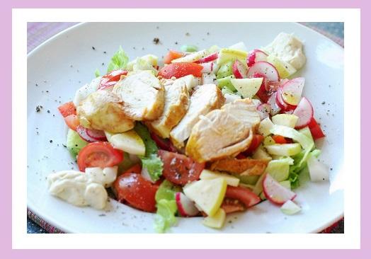 Salat aus Eisbergsalat, Gurke, Paprika, Kohlrabi, Radieschen und etwas Apfel. Dazu Hähnchenbrust und Mayooooooo!