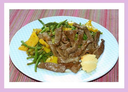 Gemüsepfanne mit Rindfleischstreifen.