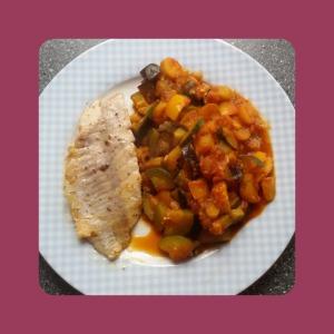 Rotbarsch und tomatige Gemüsepfanne