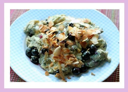 Rührei mit Blaubeeren und Mandelblättchen.