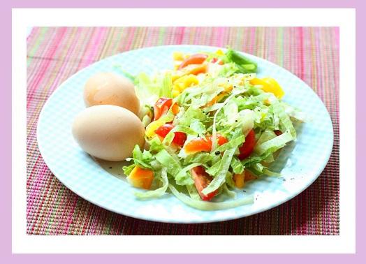 Salat (Eisberg, Paprika, Tomate) und zwei Eier.