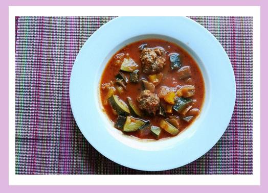 Gemüsesuppe mit Hackfleischbällchen.