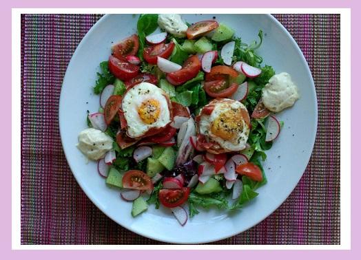 Bunter Salat mit Eiern in Parmaschinken, dazu meine Mayo.