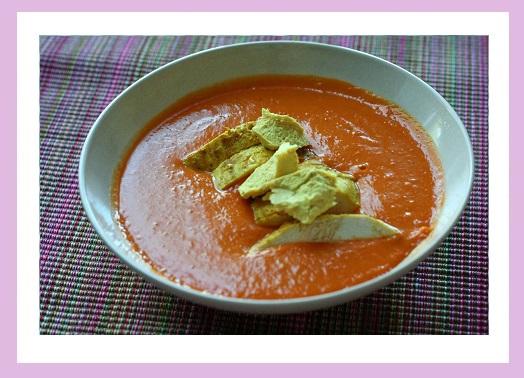 Tomatensuppe mit Hähnchenbrust.