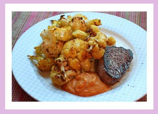 Niedliches Steak mit geröstetem Blumenkohl und natürlich Lizard Sauce. Nicht im Bild, aber trotzdem gegessen: 1 Nektarine.