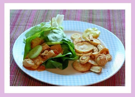 Salat-Wrap gefüllt mit Hähnchenbrust, dazu ein paar Pastinaken-Pommes. Und Mayo. Klar. :D