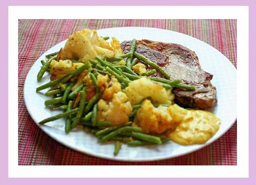 Nackenkotelett und Gemüsepfanne aus grünen Bohnen und Blumenkohl.