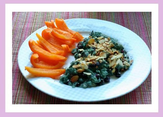 Schlumpf-Rührei (heute besonders hässlich) und Paprika. Man beachte auch die fröhliche Farbkombi...