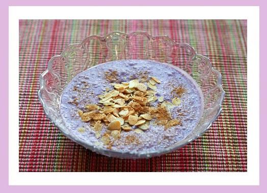 Kokosmilch (die nicht steif werden wollte) mit Blaubeeren und Mandelblättchen. Dazu, aber nicht im Bild, 2 gekochte Eier.
