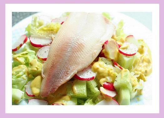 Salat (Eisberg, Gurke, Radieschen), dazu selbstgemachte Mayo und geräucherte Forelle.