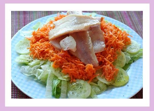 Eisberg/Gurke/Karotten mit Olivenöl-Dressing, dazu Räucherforelle.
